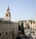 عشرات الفلسطينيين يرشقون وفدا أمريكيا بالبيض والأحذية، في مدينة بيت لحم