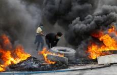 الاحتجاجات تتصاعد وساسة العراق يبحثون عن مخرج