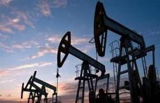 النفط يهبط 1% مع توقعات بتخمة المعروض