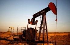 النفط يتراجع مع ارتفاع حالات الاصابة بالفيروس