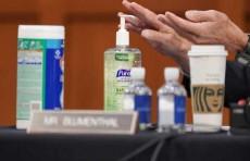 """خبراء صحة يحذرون من """"آثار المعقمات"""" على الجسم"""