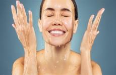 كم مرة يجب أن تغسل وجهك في اليوم.. وأيهما أفضل الماء الفاتر أم البارد؟