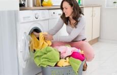 بثوانٍ معدودة.. حافظي على ألوان الملابس عند غسلها بأربع خطوات