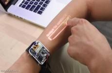 ساعة تحول يد من يرتديها إلى شاشة تعمل باللمس