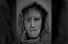 طالبة تعيد تركيب وجه أنثى من العصر الحديدي