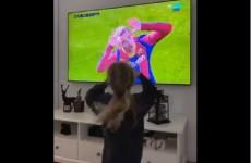 شاهد.. ابنة غريزمان تقلد رقصة والدها في مباراة أوساسونا