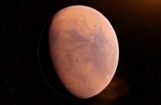 مركبة فضائية تلتقط صورا للمريخ على شكل هلال أحمر مضاء بنور الشمس!