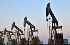 النفط يواصل ذروة اسعاره في عامين رغم انخفاضه نسبيا