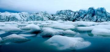 شاهد.. انهيار جليدي يسحق زوارق المغامرين في ألاسكا