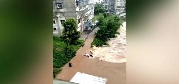 بالفيديو.. لحظة إنقاذ شخص على وشك الغرق في الصين