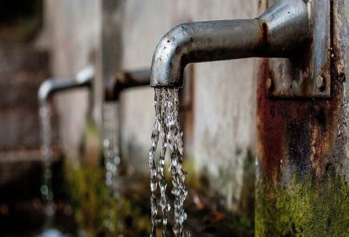 تسبب مرض قاتل... 5 عادات خاطئة عليك تجنبها عند شرب الماء