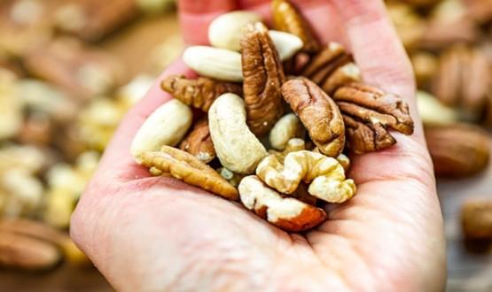 دراسة حديثة : تناول حفنة من الجوز يوميا قد تمنع الإصابة بأمراض القلب وسرطان الأمعاء